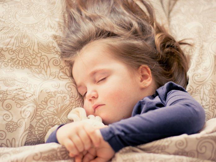 criança dormir sozinha