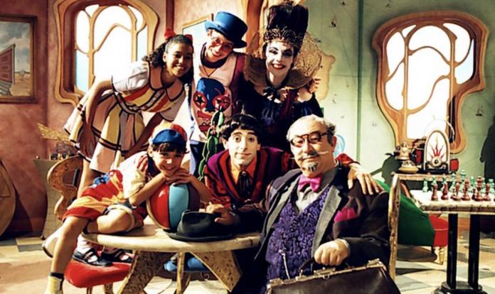 Elenco do Castelo Rá-Tim-Bum vestidos como seus personagens no cenário da série.