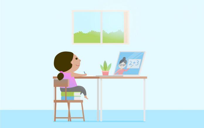 Ilustração azulada mostra garota pequena escrevendo em papel sobre a mesa. Ela está sentada em uma cadeira e usa dois livros para ficar na altura correta da mesa. O ensino remoto na educação infantil, situação surgida por conta do coronavírus, é algo temporário e pode funcionar se definido um bom roteiro às famílias