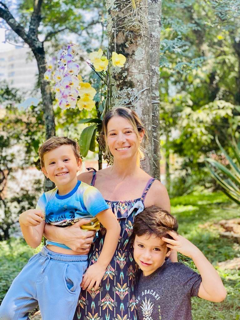 A advogada Luciana Crincoli posa para a foto junto aos filhos Lucas e Joao num espaço verde. João está em processo de alfabetização e a mãe teme que a quarentena possa prejudicá-lo.