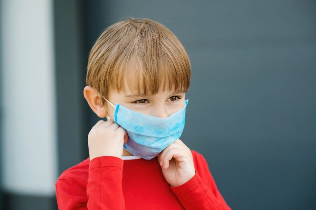 O que pais podem fazer para dobrar crianças que se recusam a usar máscara?