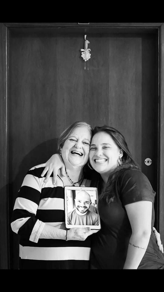 Mãe e filha posam na porta de casa para fotógrafa que fez homenagem no Dia das Mães.