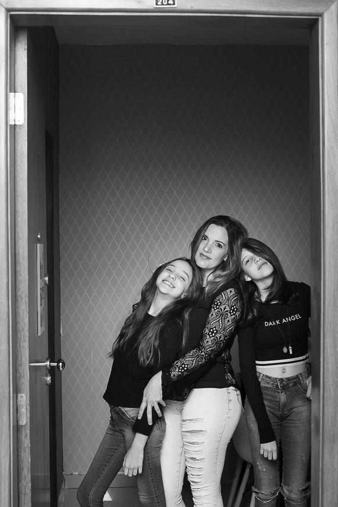 Mãe e filhas posam na porta de casa para fotógrafa que fez homenagem no Dia das Mães.