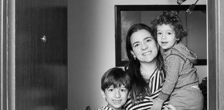 Mãe e seus dois filhos posam na porta de casa para fotógrafa que fez homenagem no Dia das Mães.