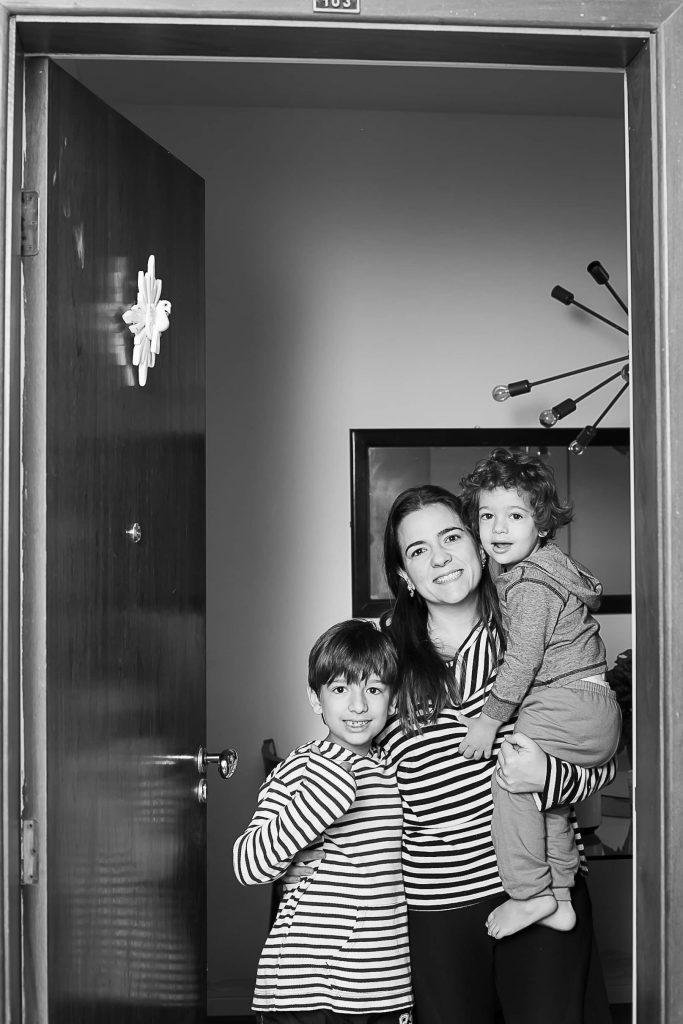 Mãe e filhos posam na porta de casa para fotógrafa que fez homenagem no Dia das Mães.