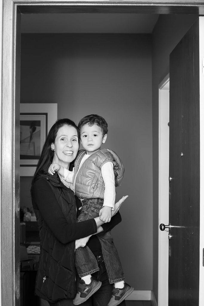 Mãe e filho posam na porta de casa para fotógrafa que fez homenagem no Dia das Mães.