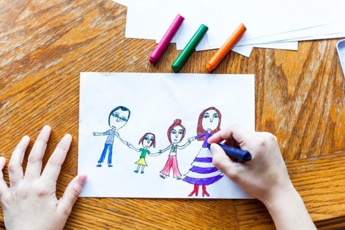 Vamos religar conteúdos a Saberes, artigos definidos a nomes de pessoas, lugares, sentimentos e desenhos como o que ilustra esta foto em que aparecem um homem e uma mulher adultos e duas crianças , todos de mãos dadas