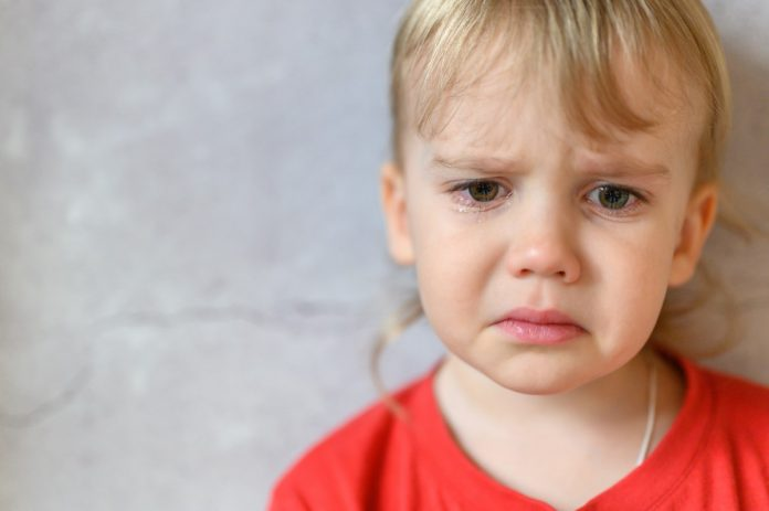 As palmadas que mais doem e fazem as crianças chorar, como nesta imagem em que uma criança loirinha tem cara de choro,podem funcionar a curto prazo mas são sinal de descontrole dos pais