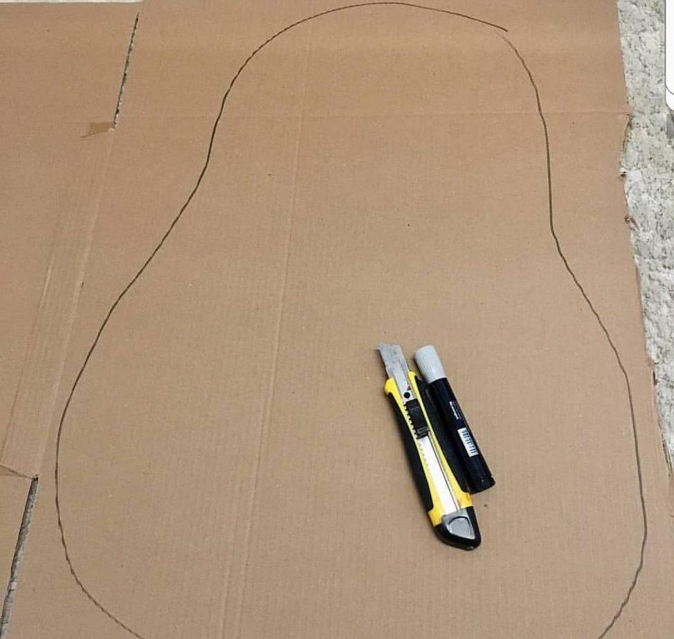 Para fazer o Cabeça de Batata de papelão comece desenhando a cabeça da batata no papelão, conforme mostra esta imagem do papelão com o contorno da cabeça já traçado. .