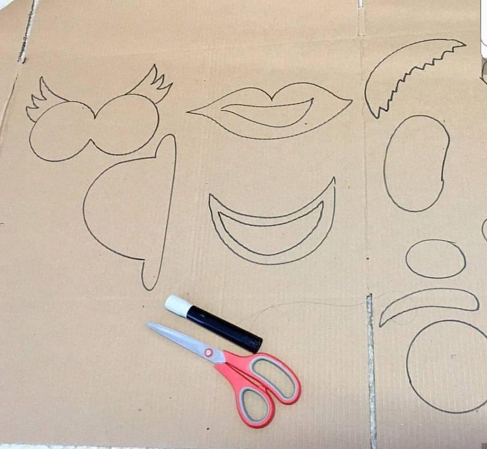 Como nesta imagem, desenhe no papelão as partes da cabeça que irão compor o personagem, entre elas, boca, nariz e olhos.