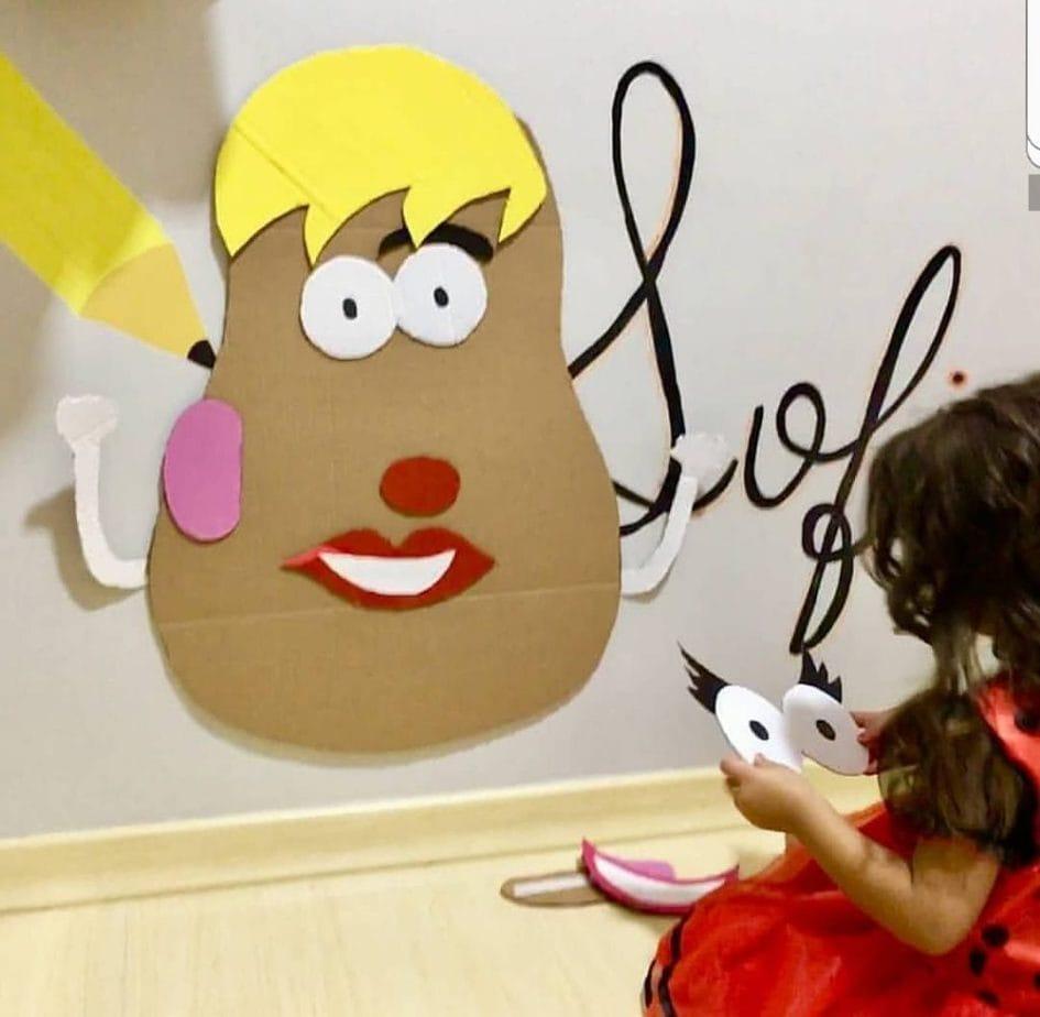 Por fim, a Cabeça do Batata está pronta, como mostra esta imagem do papelão com olhos nariz e boca pendurado na parede..