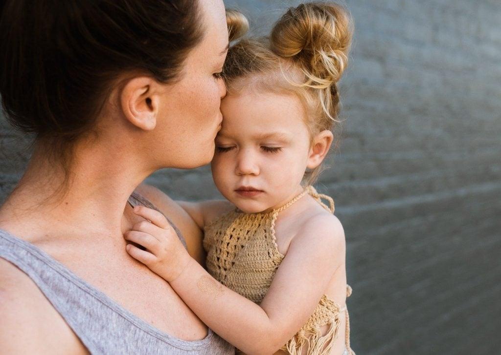 Desenvolvimento do cérebro infantil ocorre melhor em ambientes de afeto e carinho.