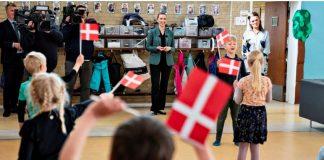 Retorno às escolas na Dinamarca, como mostra imagem de uma escola em Aalborg com alunos na entrada segurando bandeira de seu país, não aumentou casos de Covid-19