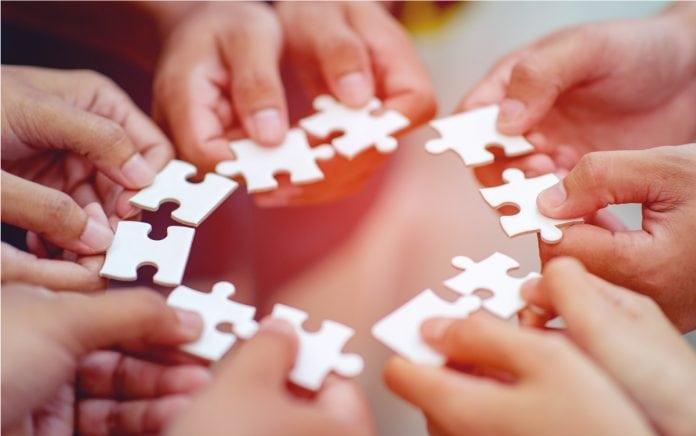 Retorno escolar exige parceria escola família, simbolizada nesta iamgem pelas várias pecas de quebra-cabeça apresentadas em círculo