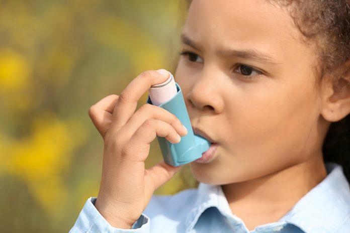 Criança com bombinha de asma ilustra matéria sobre crianças com asma na pandemia.
