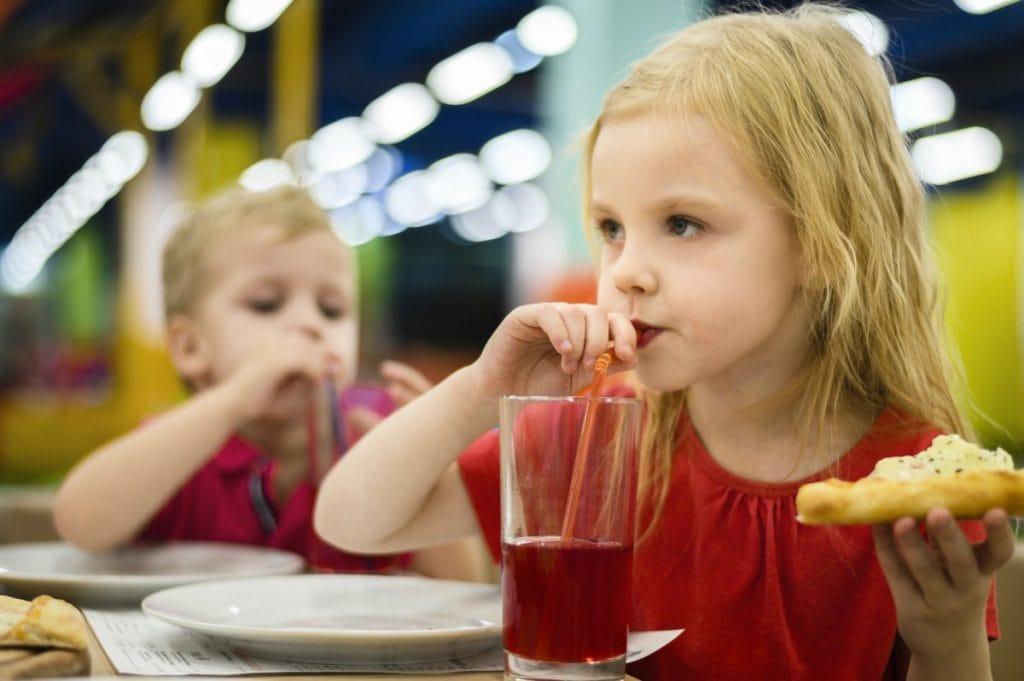 O adoçante tem sido cada vez mais consumido por crianças e as bebidas, como mostra esta imagem, em que uma garota loira toma um suco e come um pedaço de esfiha, são a maior fonte de consumo
