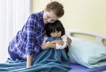 Sentimentos, como a criança oriental desta imagem, que parece triste ou chateada e é consolada pela mãe, são aceitáveis, mas o que fazemos a partir desse sentimento, nem sempre é adequado e respeitoso.