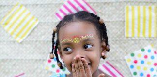 Diversidade na escola: é preciso aprender a trabalhar com as diferenças, com crianças diferentes na cor da pele, dos cabelos, na raça, como essa menina negra sorridente da foto