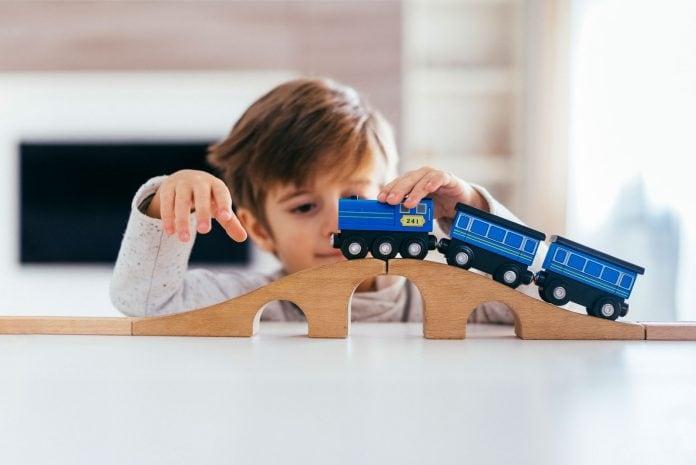 Falta de aulas presenciais pode afetar principalmente crianças da primeira infância, como esse garoto que brinca com um trenzinho