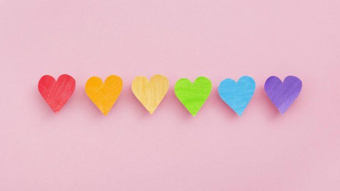 Como falar sobre questões LGBT com as crianças é importante para que possam lidar com os fatos da vida. Nesta imagem, seis corações coloridos simbolizam as cores do movimento LGBT