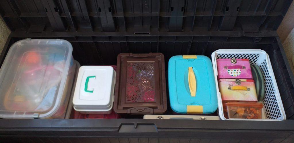 Guardar os brinquedos por categoria é o que recomendam os especialistas, como se vê nessa imagem, diferentes caixas para diferentes tipos de objetos