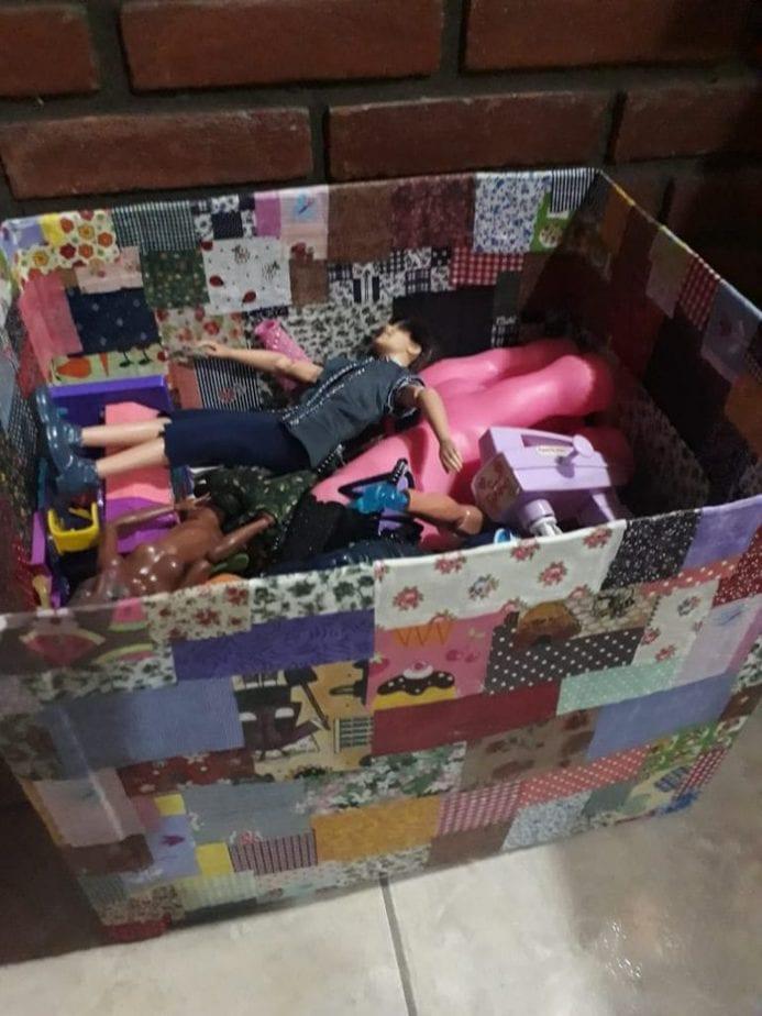 Guardar os brinquedos em caixas, como essa forrada com papel decorado como se vê na imagem, ajuda a organizar o quarto das crianças