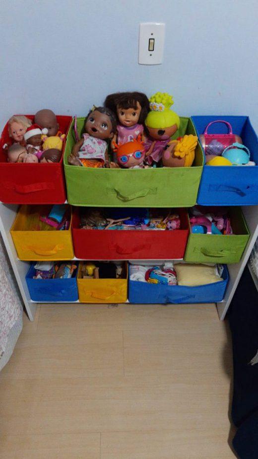 Guardar os brinquedos em caixas de cores diferentes, como se vê na imagem, separando os objetos por tipo carrinhos, bonecas etc. – facilita que sejam encontrados pelas crianças