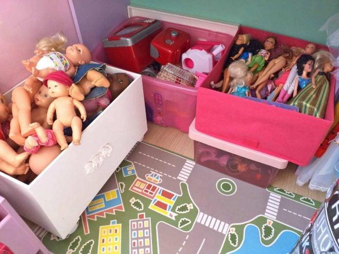 Guardar os brinquedos em caixas organizadoras, como se vê na imagem, separando os objetos por tipo carrinhos, bonecas etc. – facilita que sejam encontrados pelas crianças