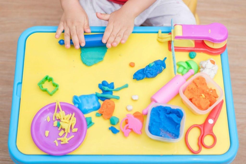 Brincadeiras com massinhas, como essas coloridas que se vê na imagem, estão entre as atividades mais procuradas pelas crianças