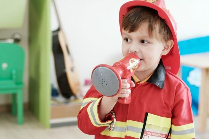 Plano de fuga feito por bombeiros do Distrito Federal visa orientar crianças, como essa da foto que brinca de bombeiro, quanto ao que fazer em caso de incêndios em casa