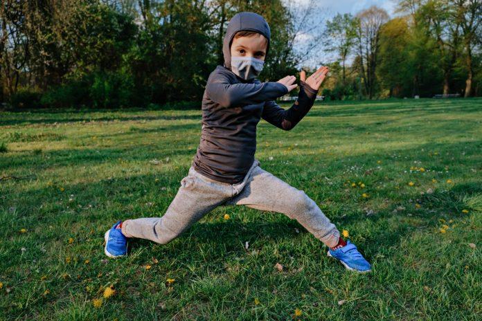 Prática de atividades físicas no mundo pós-pandemia terá de seguir certos cuidados, como esse garoto da imagem que usa máscara ao fazer exercícios ao ar livre; Sociedade Brasileira de Pediatria (SBP) faz orientações para pais, escolas e professores