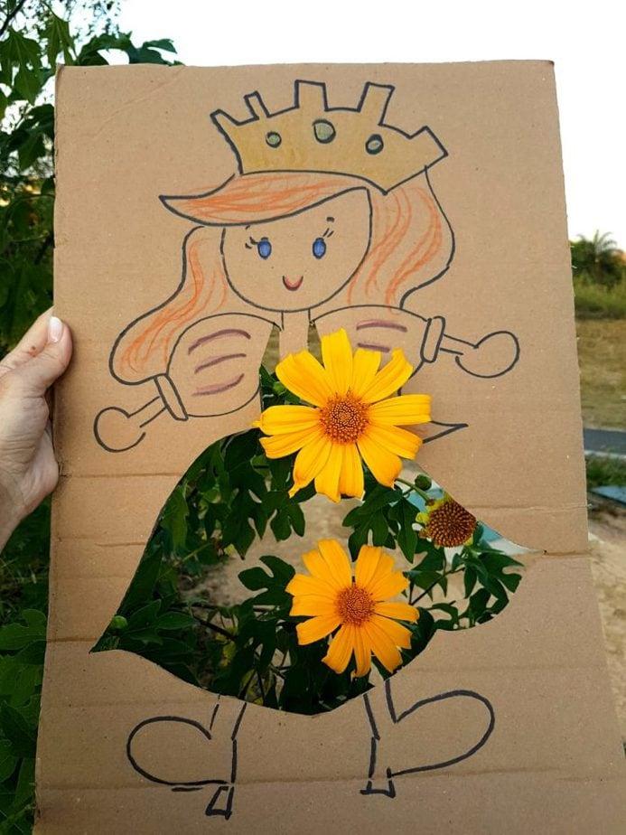 Brincar com a natureza: uma boneca que muda de roupa a cada cenário, como essas flores amarelas que aparecem na saia da boneca.