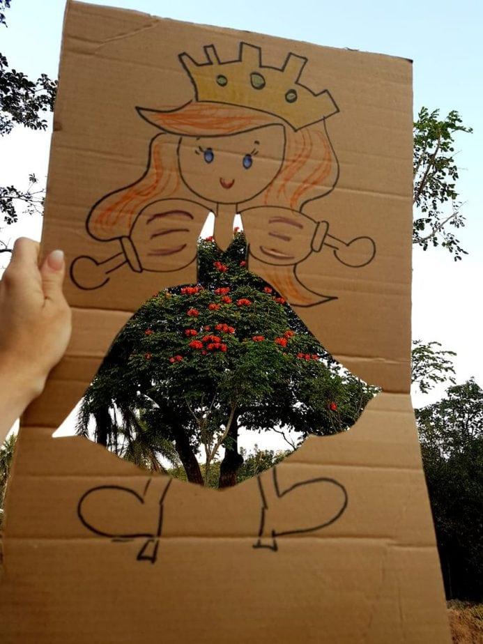 Uma brincadeira divertida com papelão e a natureza: dessa vez o cenário é de árvore!