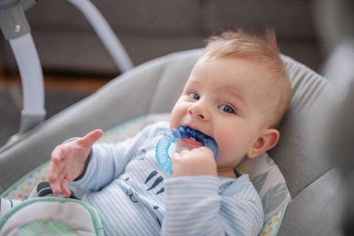 Dentes de leite, em geral, começam a aparecer a partir do sexto mês de vida e vai até por volta dos três anos de idade; na imagem, garoto de óculos mostra sua boca com a falta de alguns dentes que caíram e aguardam nascimento dos permanentes