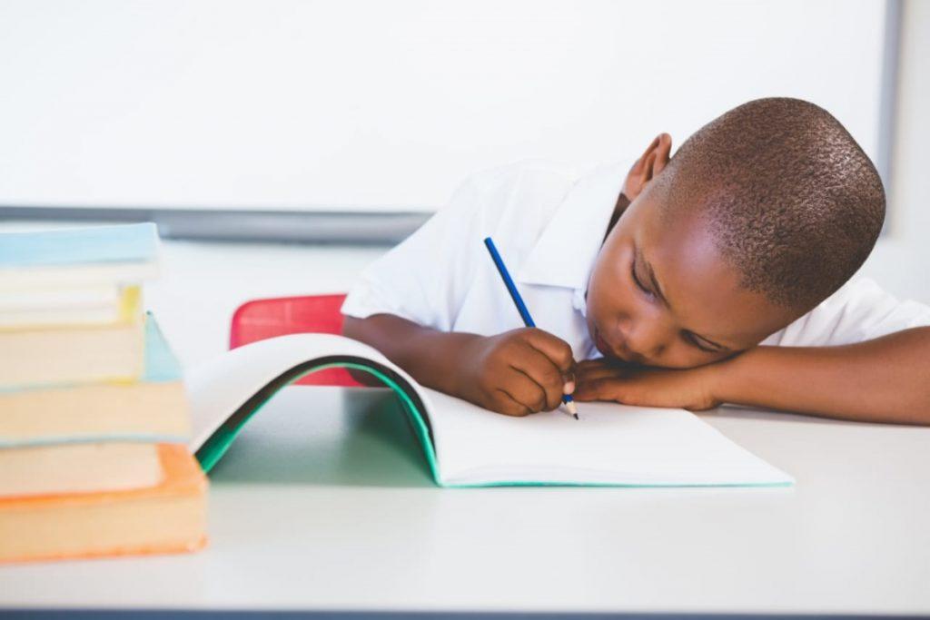 Criança usando o método de escrever à mão.