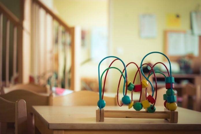 Retorno das atividades de educação infantil: fundação faz sugestões para a volta às aulas; na imagem, sala de aula vazia mostra mesa e brinquedo de madeira