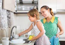Elogio e encorajamento: o que diz a disciplina positiva sobre tais práticas; na imagem mãe olha para filha que lava pratos