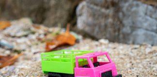 Brinquedos de plástico coloridos, no formato de cerquilhas; imagem ilustra matéria sobre riscos de brinquedos de plástico.