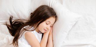 Criança dormindo, em ilustração à matéria sobre como está o sono das crianças na pandemia.