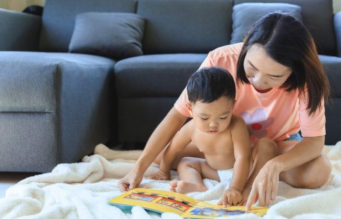 Mãe lendo para filho, em ilustração à matéria sobre importância de ler para as crianças.