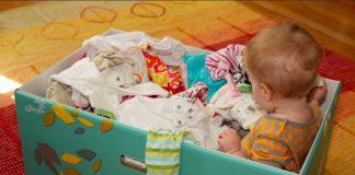 Pedro Fernando Nery fala sobre primeira infância e políticas públicas; imagem mostra caixa de papelão da Finlândia com bebê dentro e itens para seu uso