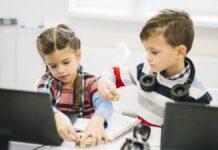 Nenhuma plataforma digital, por melhor uqe seja, substitui o trabalho docente, afirma a educadora digital Luciana Correa; imagem mostra duas crianças mexendo em brinquedo de madeira e com telas abertas de seus computadores na mesa