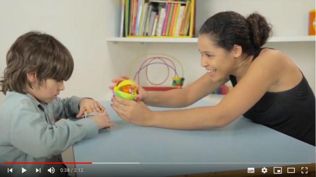 Autismo: vídeos ensinam pais a estimular filhos com o transtorno; imagem mostra frame de um dos vídeos em que profissional atende criança autista