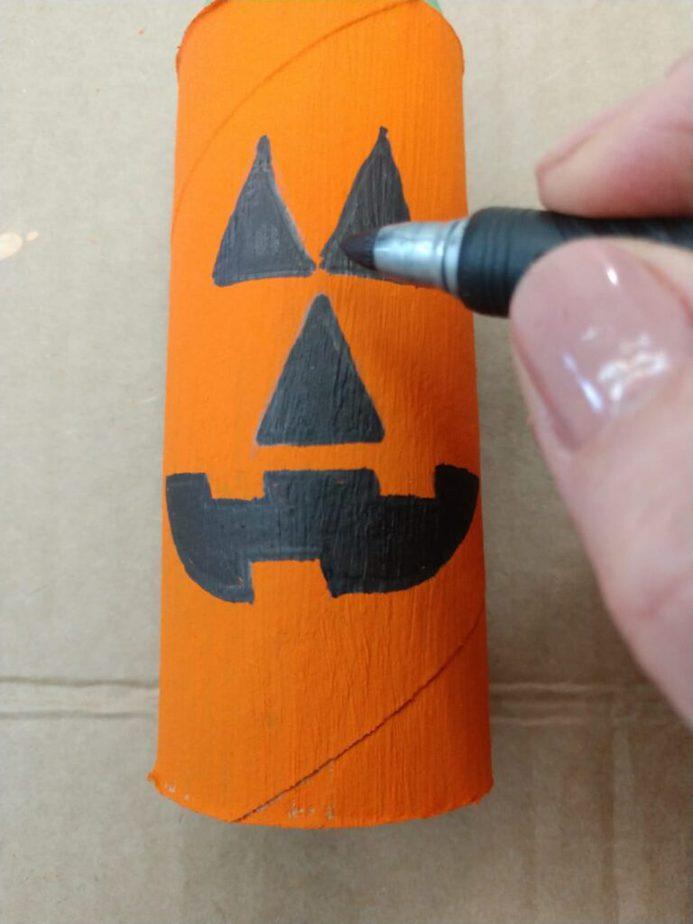 Halloween: faça bonecos horripilantes com rolinhos de papel higiênico