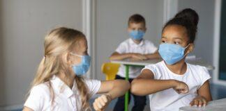 Crianças de máscara em escola em SP