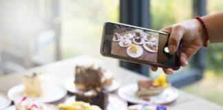 Combate à obesidade infantil: a publicidade chega à sua casa?; imagem mostra tortas em pratos e celular tirando foto das mesmas