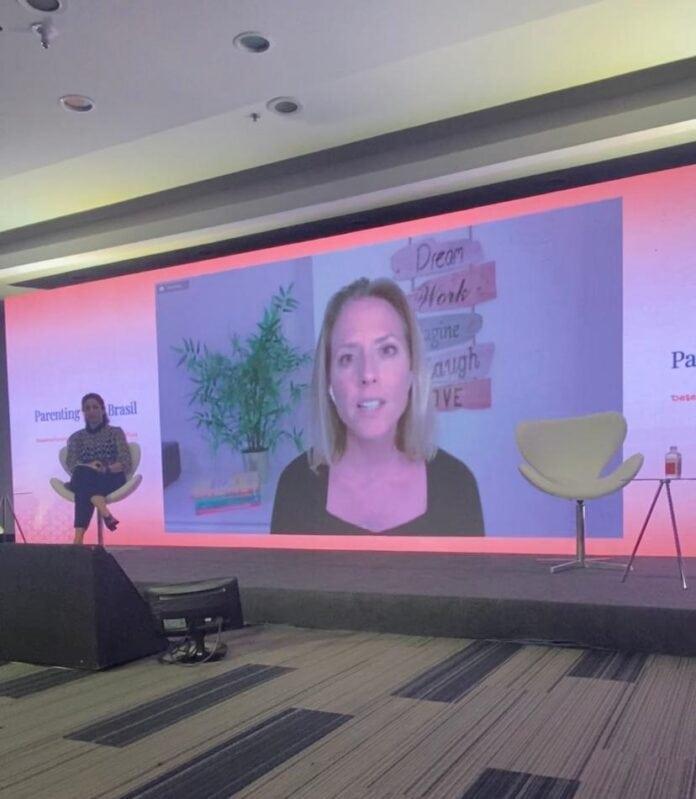 O comportamento comunica as nossas necessidades; imagem mostra MIakela durante palestra no Parenting Brasil