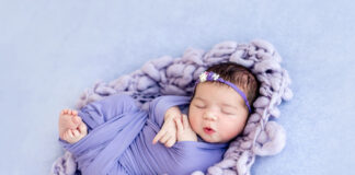 Novembro roxo: veja ações que ajudam na prevenção do nascimento de um bebê prematuro; imagem mostra bebês recém-nascido envolvido em manta roxa