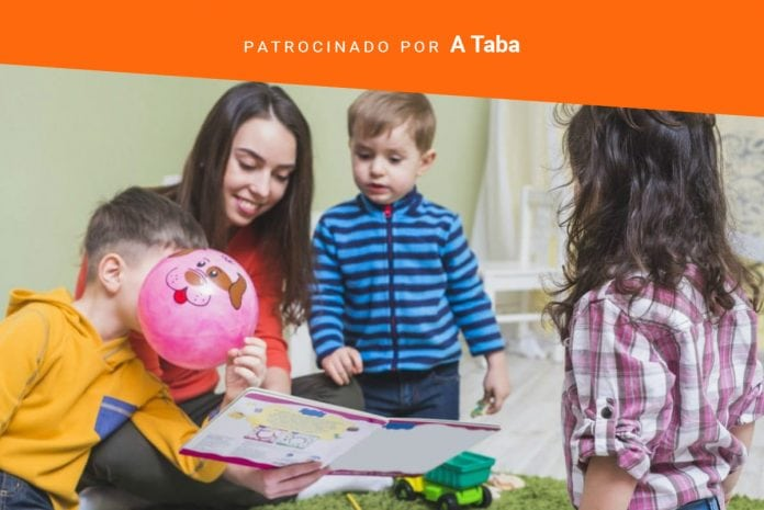 Leitura na escola tem de despertar o potencial criativo das crianças; professora sentada no chão lê livro para três crianças