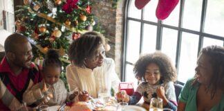 Um exercício mental para não se exceder na ceia de Natal; pai, mãe e dois filhos fazem refeição de ceia de Natal